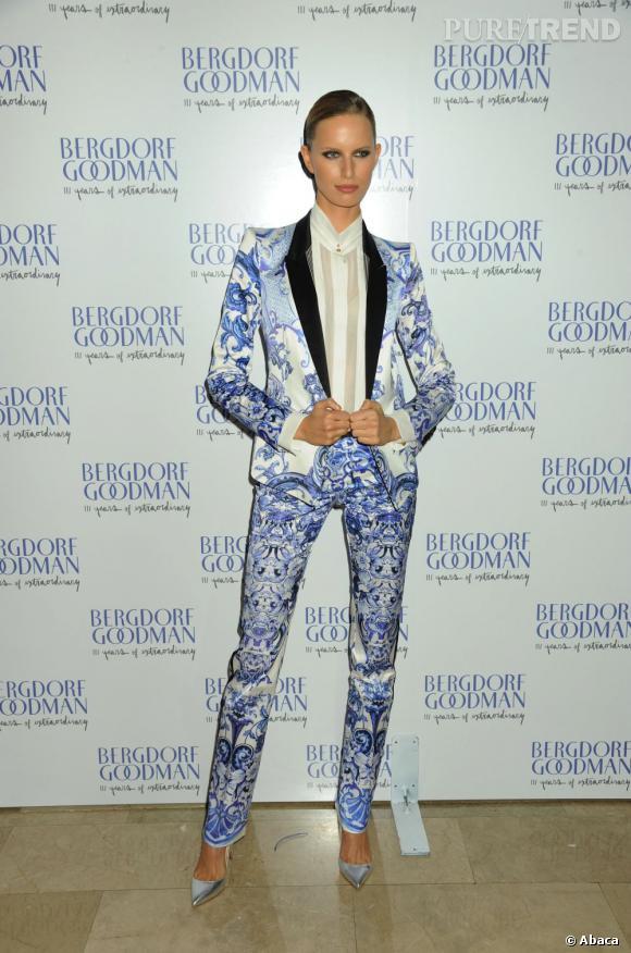 Karolina Kurkova dévergonde le smoking à la soirée anniversaire de 111 ans de Bergdorf Goodman à New York.