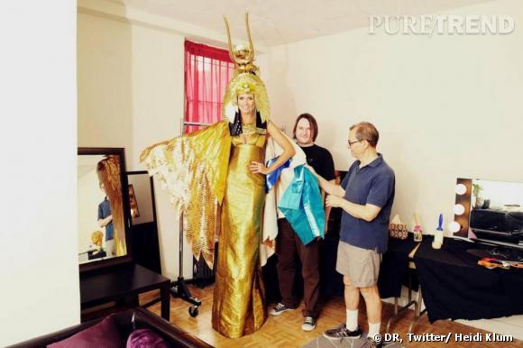 Heidi Klum tweete le résultat final de son costume de Cléôpatre.