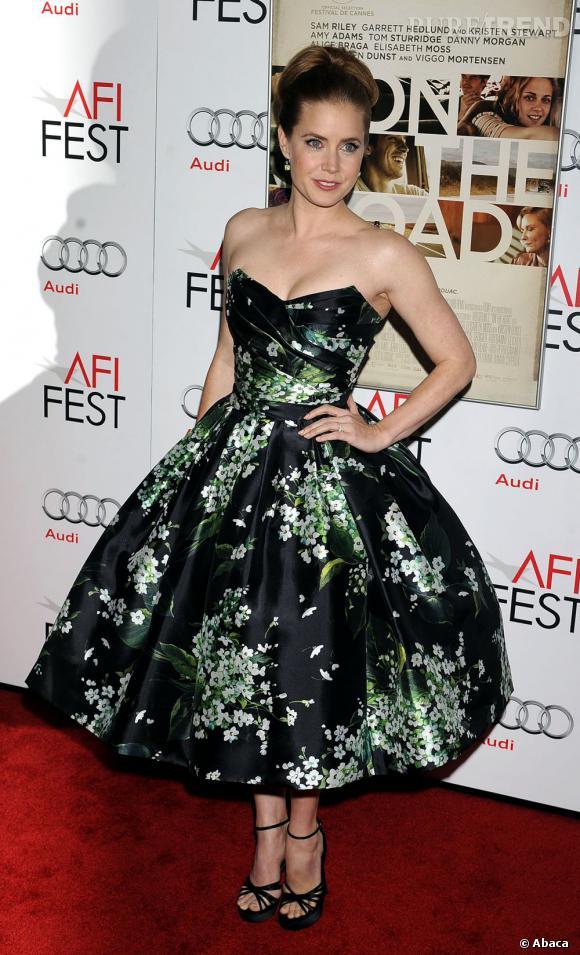La jeune femme opte pour une tenue 50's très féminine avec une robe Dolce & Gabbana, une paire de sandales Roger Vivier aux pieds pour dédramatiser l'apparition.
