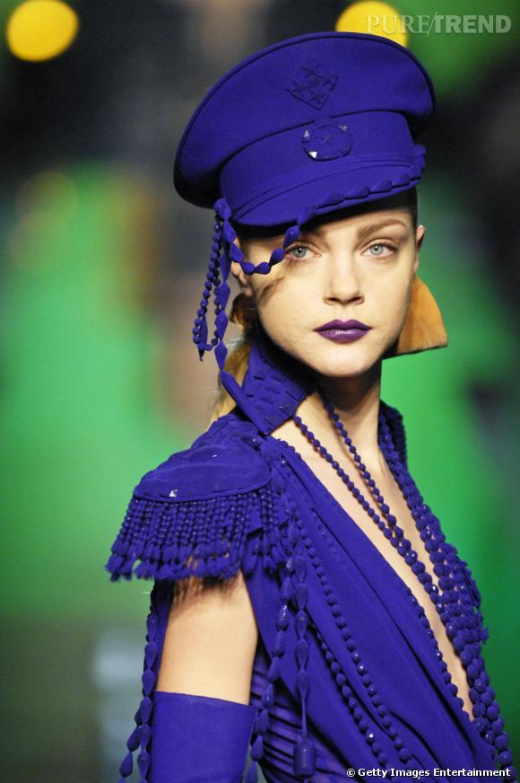 Total look bleu sur le défilé Jean-Paul Gaultier.
