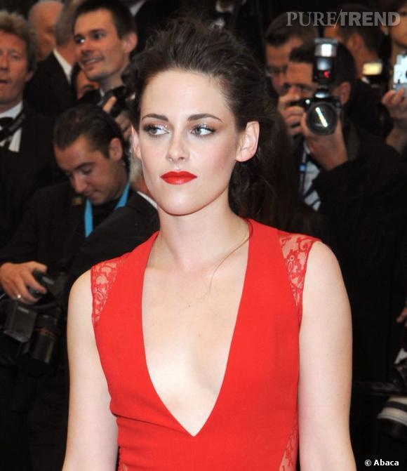 Kristen Stewart ose le duo de rouge sur le red carpet.