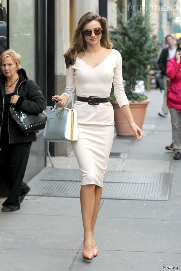 Miranda Kerr enfile une robe blanche Victoria Beckham pour aller visiter les bureaux de Vogue.