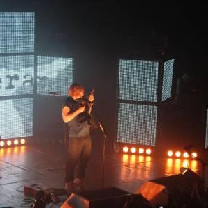 Il joue quelques accords sur un ukulele offert par ses fans.