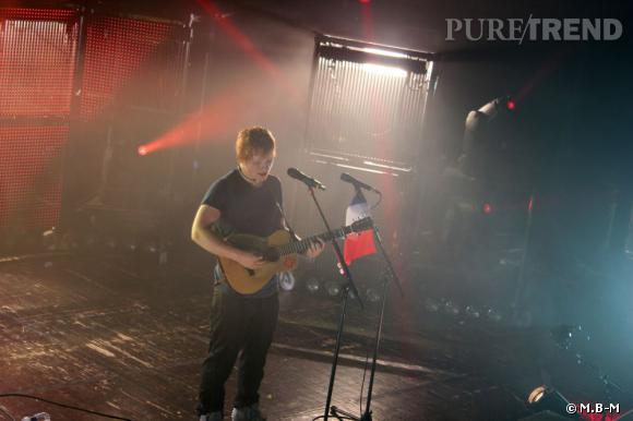 Pour faire plaisir à ses fans français il accroche le drapeau à son micro.