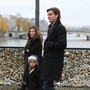 Les deux amoureux ont même attaché un cadenas au célèbre Pont des Arts.