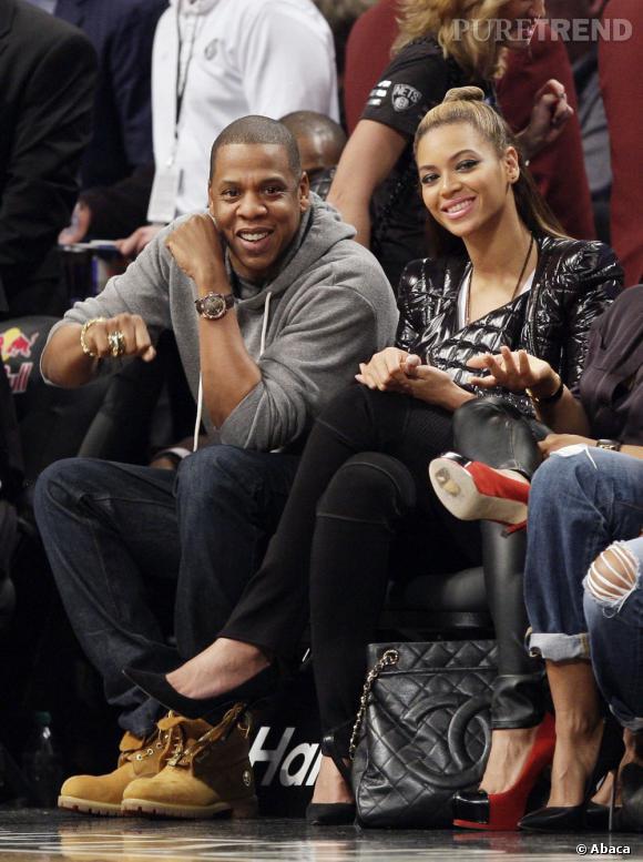 Beyoncé et Jay-Z partagent un petit moment de détente en regardant les Brooklyn Nets jouer.