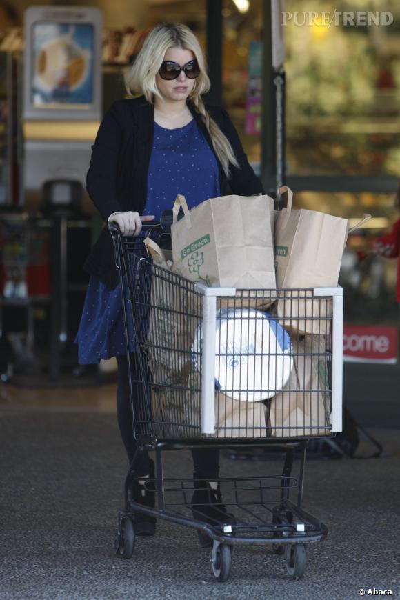 La technique du chariot : très habile pour dissimuler son ventre de femme enceinte ! Jessica Simpson aura de nouveau besoin de ce chariot avec sa deuxième grossesse.