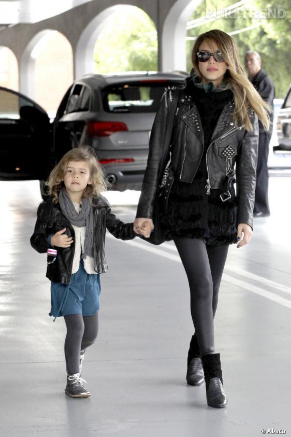Jessica Alba et sa fille Honor : toutes les deux avec la même veste !