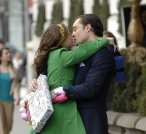 Il n'y a que Blair Waldorf pour porter un manteau vert bouteille et des escarpins jaunes.