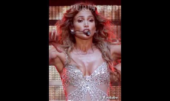 Jennifer Lopez est un habituée du sein qui dérape. Il faut dire que ces chorégraphies sont endiablées, comme ici lors de son concert à Bologne.