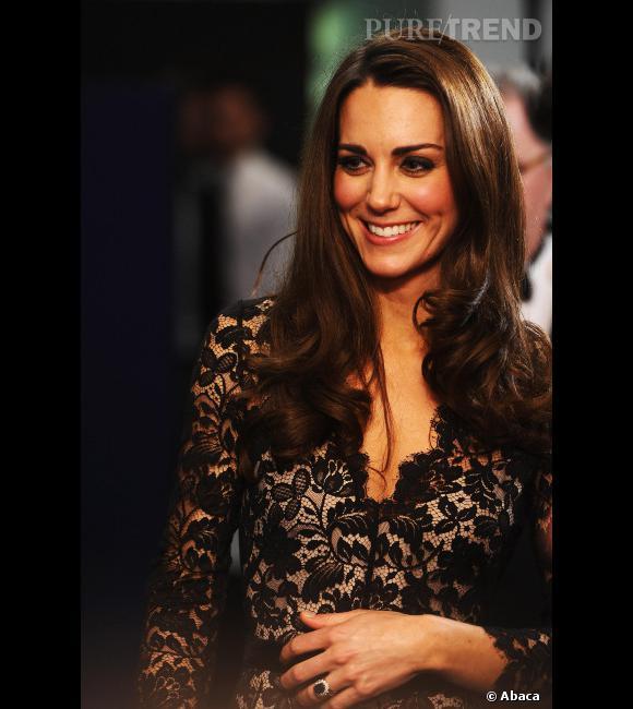 Les 50 coiffures de l'année 2012 Elue célébrité la mieux habillée par Vanity Fair, Kate Middleton est aussi à coup sûr l'une des mieux coiffées, affichant un brushing parfait par tous les temps.