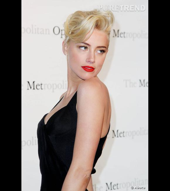 Les 50 coiffures de lannée 2012 Amber Heard séduit tout ce qui bouge et le prouve avec un chignon rock nroll. Une icône est née.