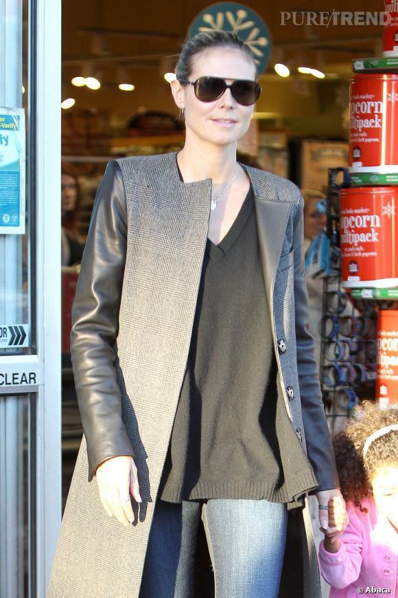 La star sait se couvrir tout en choisissant les bonnes pièces mode, comme ce manteau aux manches en cuir.