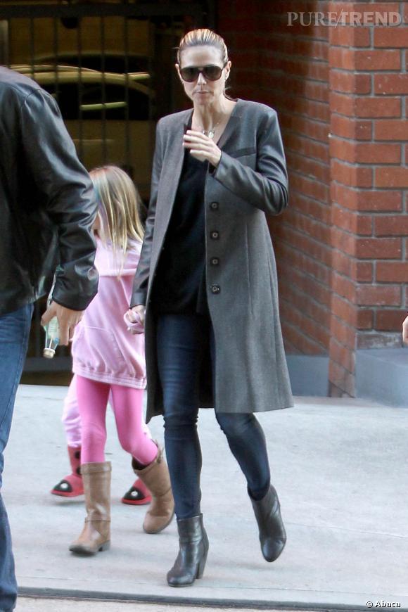 Elle complète sa tenue d'un jean skinny et de bottines noires.