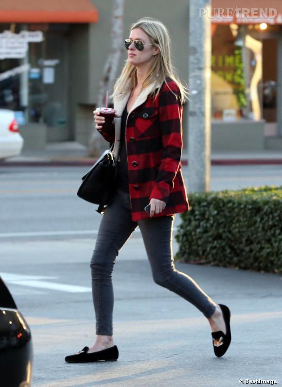 Nicky Hilton  mise sur un manteau doublé de laine pour affronter l'hiver californien.