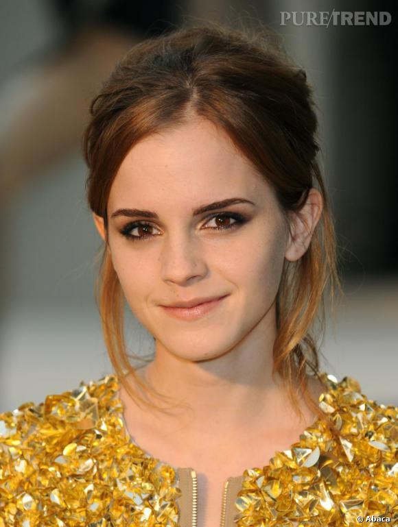 L'évolution capillaire d'Emma Watson : Vêtue d'une robe gold, elle dégaine à nouveau un chignon flou pour un look à la fois cool et sophistiqué. Emma Watson a tout d'une grande.