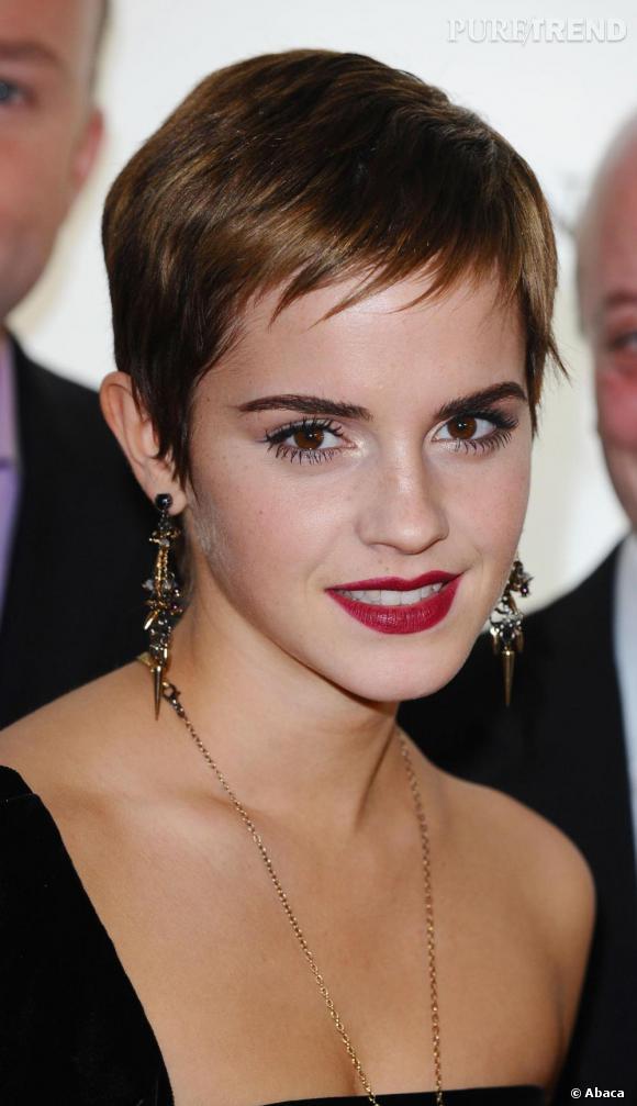 """L'évolution capillaire d'Emma Watson : Le tournage de la saga """"Harry Potter"""" enfin terminé, l'actrice coupe court et se métamorphose en jolie garçonne façon Jean Seberg. 2010, l'année du grand tournant capillaire pour Emma Watson."""