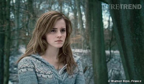 """L'évolution capillaire d'Emma Watson : Dans le dernier volet d' """" Harry Potter"""" sorti en 2011, Emma Watson en a fini avec les boucles, visiblement plus rebelle. La crinière fouillie et méchée, elle n'a plus grand chose à voir avec la toute jeune Hermione Granger."""