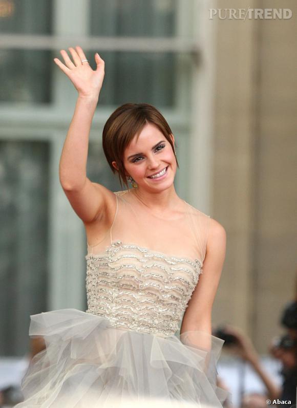 """L'évolution capillaire d'Emma Watson : En 2011, l'actrice assure la promo du dernier volet d'""""Harry Potter"""" et prouve que coupe courte peut rimer avec allure romantique."""