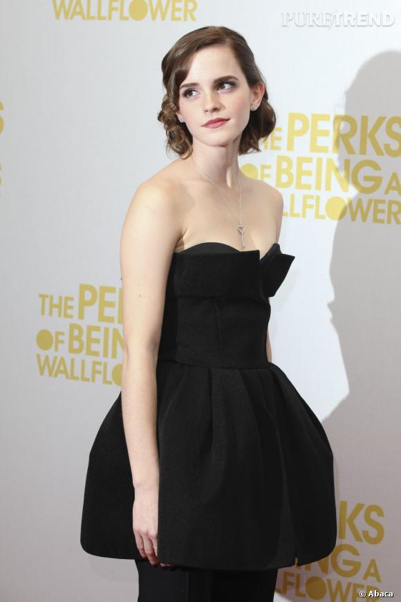 L'évolution capillaire d'Emma Watson : Sur le tapis rouge, l'actrice boucle ses longueurs pour gagner en volume et la jouer rétro.