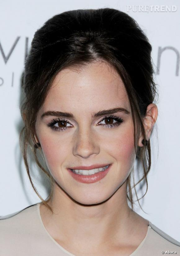 L'évolution capillaire d'Emma Watson : Devenue brune, elle se fait sophistiquée sur le red carpet, coiffée d'un chignon façon Audrey Hepburn.