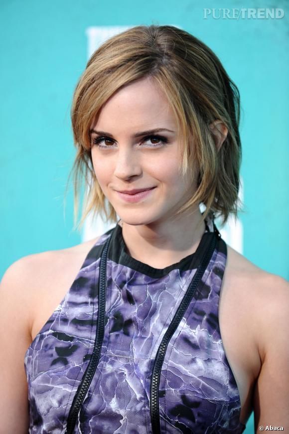 L'évolution capillaire d'Emma Watson : Petit à petit, la coupe garçonne se transforme en un carré effilé et décoiffé pour un style décontracté.