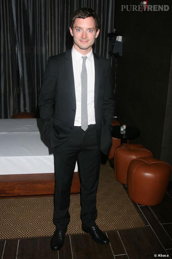 Elijah Wood se tourne enfin vers des costumes discrets, bien coupés et chic en 2010.
