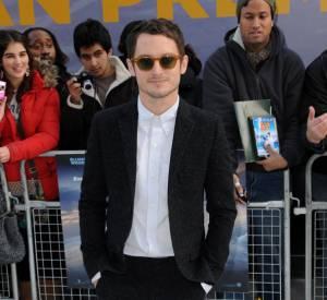 Lunettes de hipster, blazer et chemise blanche impeccable, Elijah Wood joue les révélations mode.