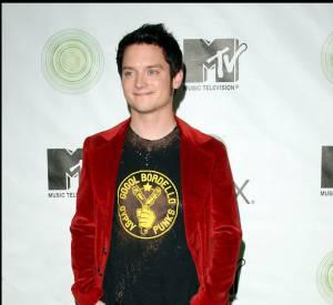 En mixant blazer et t-shirt, il tente de se la jouer cool mais le velours rouge et les bottes python, ça nous fait grincer des dents.