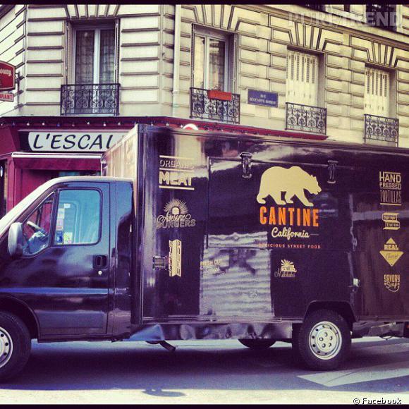 Les meilleurs sports de street food à Paris Pour les burgers : La Cantine California. Le food truck stationne au marché Saint-Honoré et au marché Raspail. Pour le suivre, on consulte le site.