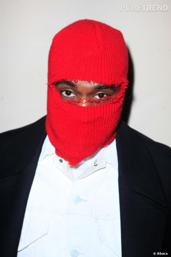 Kanye West a fait une entrée remarquée au défilé Maison Martin Margiela Haute-Couture collection Printemps-Été 2013 en portant une cagoule rouge.
