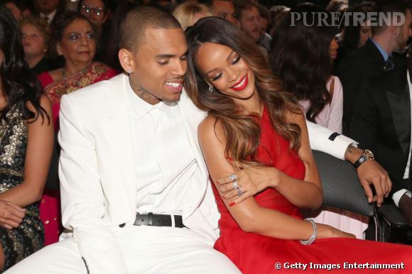 Rihanna et Chris Brown lors des Grammy Awards 2013 à Los Angeles. La jeune femme nous montre-t-elle une bague de fiançailles ?