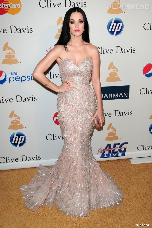 Le top robe à paillettes :  Katy Perry nous éblouit dans sa robe fourreau lors de la soirée pré-Grammy Awards de 2011.
