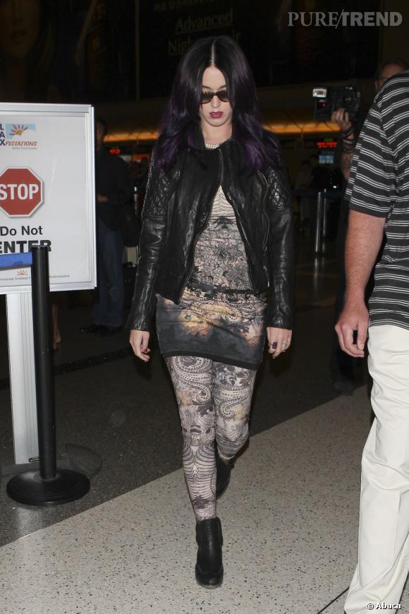 Le flop tenue d'aéroport :  Katy Perry ressemble à une gothique lors de son arrivée à Los Angeles.