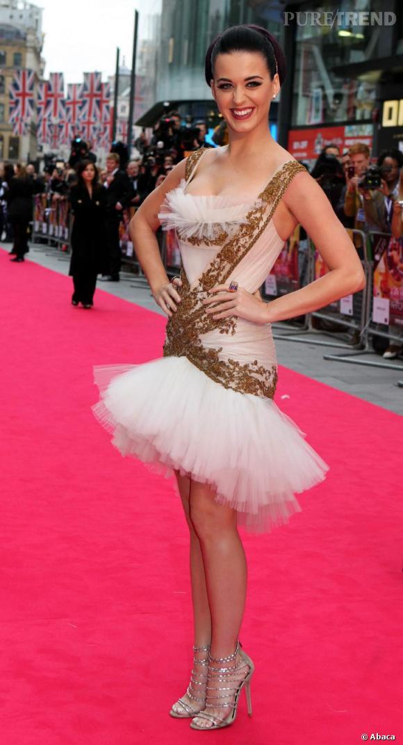 """Le top robe brodée :  Audacieuse, Katy Perry mise sur une robe tutu brodée d'or pour la première de """"Part of Me 3D"""" à Londres."""