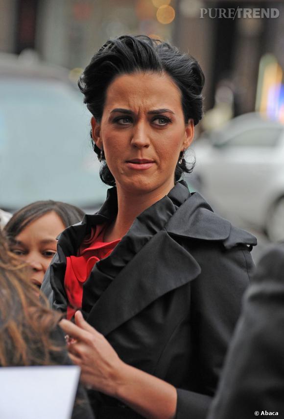 Le flop maquillage :  On remarque que Katy Perry cache une mauvaise peau sous une bonne couche de fond de teint et de terracotta en arrivant aux Billboard Women in Music.
