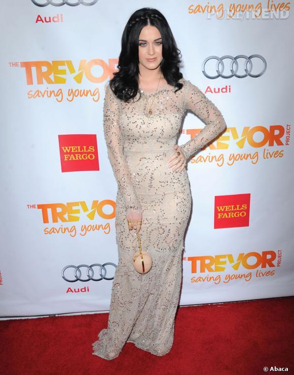 """Le flop robe à paillettes :  Katy Pery enfile une robe longue nude pour la soirée """"Trevor Live"""" et épaissit sa silhouette."""