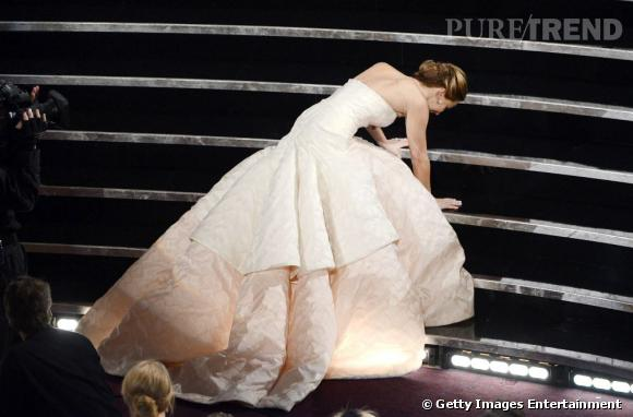 Jennifer Lawrence trébuche en allant chercher le prix de la meilleure actrice lors des Oscars 2013.