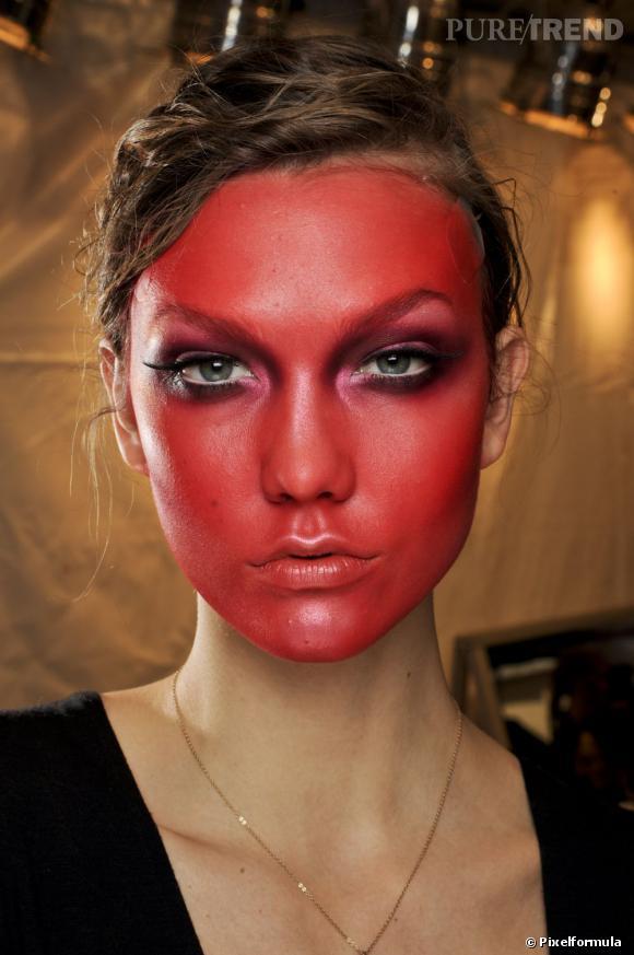 Karlie Kloss voit rouge sur le défilé Viktor & Rolf automne-hiver 2011/2012.