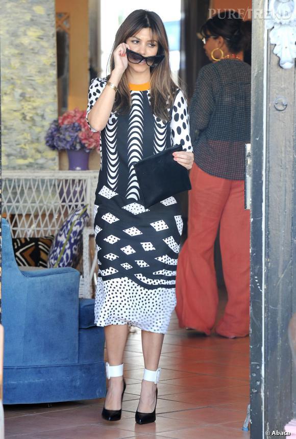 Kourtney Kardashian multiplie les motifs sur sa robe trop longue (ou pas assez ?). Un flop qui fait mal aux yeux...