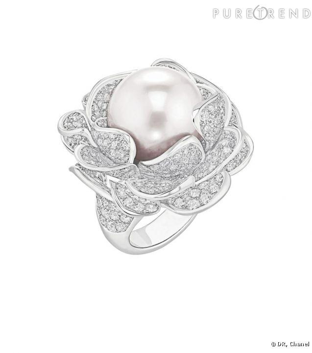 bagues extraordinaires bague cam lia corolle en or blanc 18 carats diamants et perle de. Black Bedroom Furniture Sets. Home Design Ideas