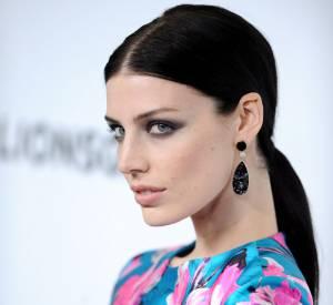 Son beauty look est intense et met en valeur ses jolis yeux.