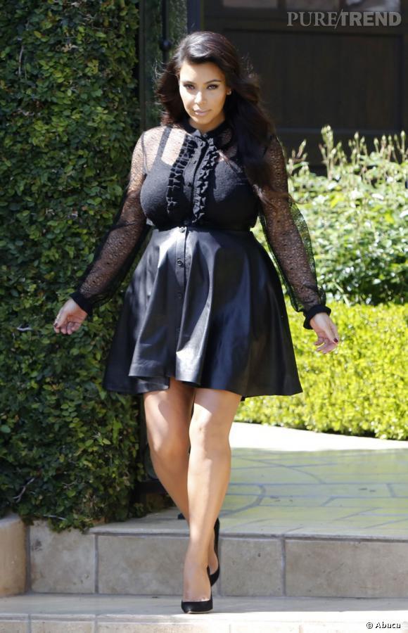 Kim Kardashian en petite robe dentelle et cuir Saint Laurent à Los Angeles les 28 mars 2013.