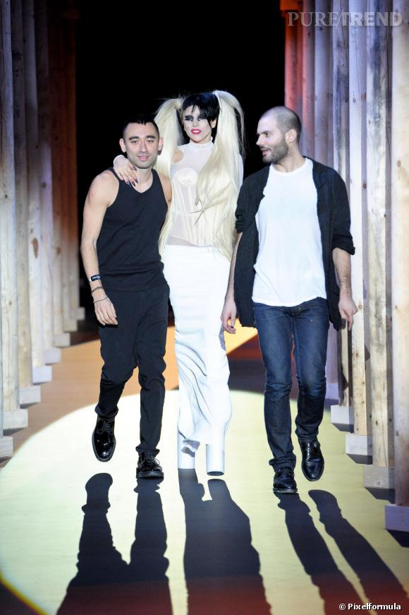 De gauche à droite : Nicola Formichetti, Lady Gaga et Romain Kremer lors du premier show du styliste en mars 2011.