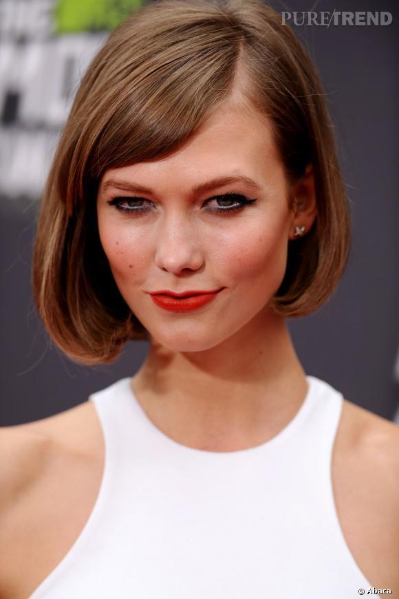 Karlie Kloss a tout bon avec son maquillage du regard. Le trait blanc sur la muqueuse réveille son regard et l'association avec du fard bleu met en valeur la couleur de ses yeux.