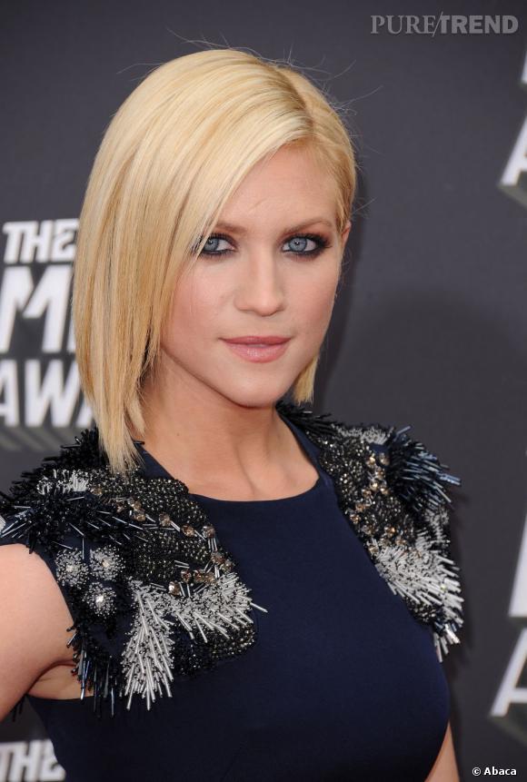Brittany Snow mise sur un carré plongeant lissé et un smoky soulignant son regard d'azur. Un sans-faute.