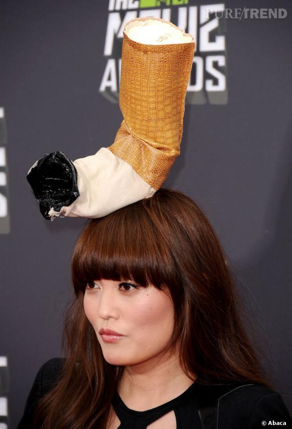 Hana Mae Lee a surpris tout le monde avec ce mégo géant posé sur ses cheveux lisses. Original ou de mauvais goût ?
