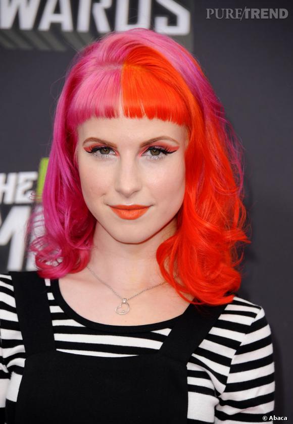 Hayley Williams of Paramore aime la couleur et le prouve avec sa crinière rose et orange et son total look tangerine avec le fard et le rouge à lèvres assortis.