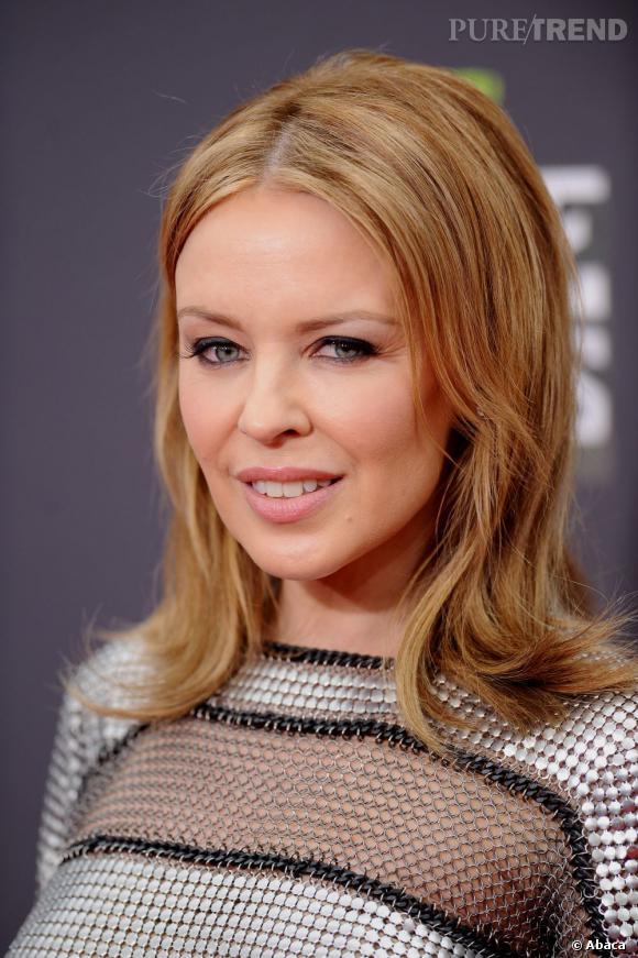 Le carré long de Kylie Minogue est un peu terne. Son maquillage simple et discret ne contribue pas à la faire rayonner.