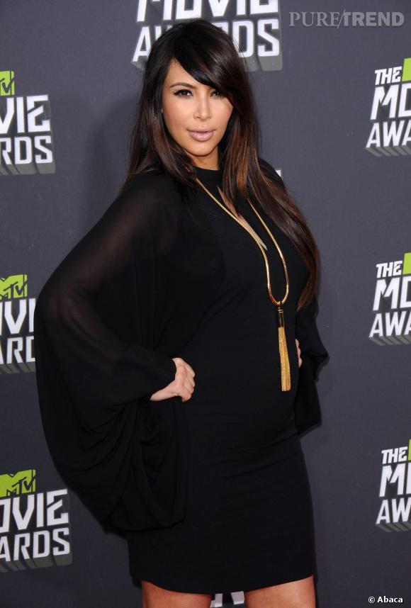 Kim Kardashian porte sa mèche sur le côté, une des tendances de la saison. Côté maquillage, ses lèvres nude semblent trop maquillées.